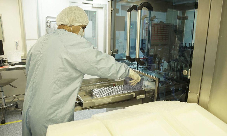 Fiocruz envasa o primeiro lote de IFA da vacina contra a covid-19