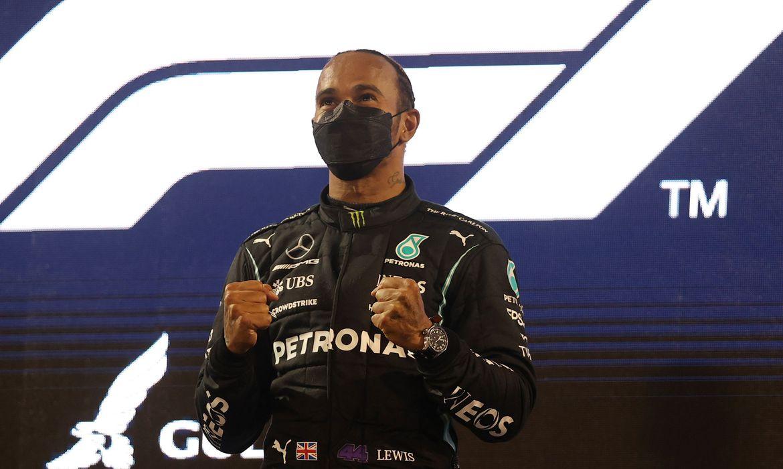 Hamilton segura Verstappen em abertura épica de temporada na Fórmula 1