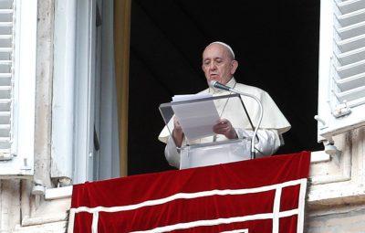 papa 400x255 - Covid-19 faz papa cortar salários de cardeais e clérigos