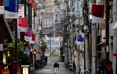 japao rua mascara toquio 2020 400x255 - Osaka relata aumento de mortes em casa em meio à onda de covid-19