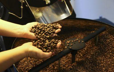 cafe 400x255 - Centro do Comércio de Café de Vitória reporta que a exportação capixaba de café arábica caiu 40% em Julho. Os embarques totais caíram 10%.