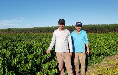 Leonardo e Gilmar Francischetto produtores de Sao Mateus 400x255 - Pai e filho trabalham juntos para ampliar produção de café no ES