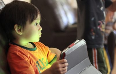 crianças 400x255 - Passar muito tempo usando tablets e celulares pode prejudicar crianças pequenas, diz estudo