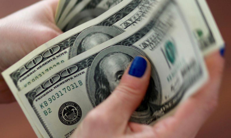 Dólar cai para R$ 4,90 e fecha no menor valor em mais de um ano