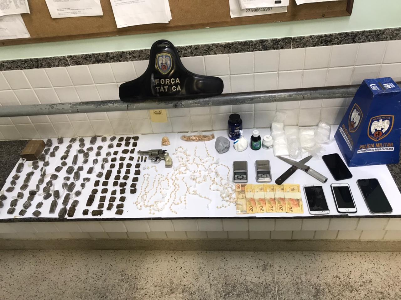 10ª CIA IND REALIZA APREENDE DROGAS, ARMA E PESSOAS COM MANDADO DE PRISÃO EM ABERTO