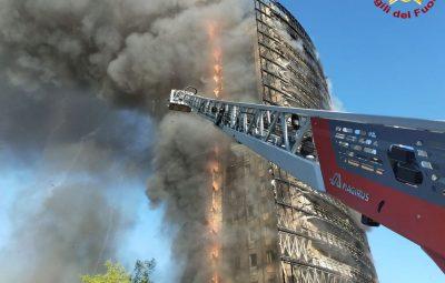 milao 400x255 - Incêndio destrói prédio de 18 andares em Milão